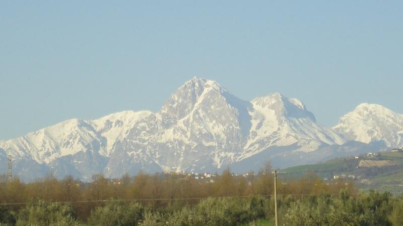 escursioni giornaliere sul Massiccio del Gran Sasso (2914 mt s.l.m.), raggiungibile in 45 min