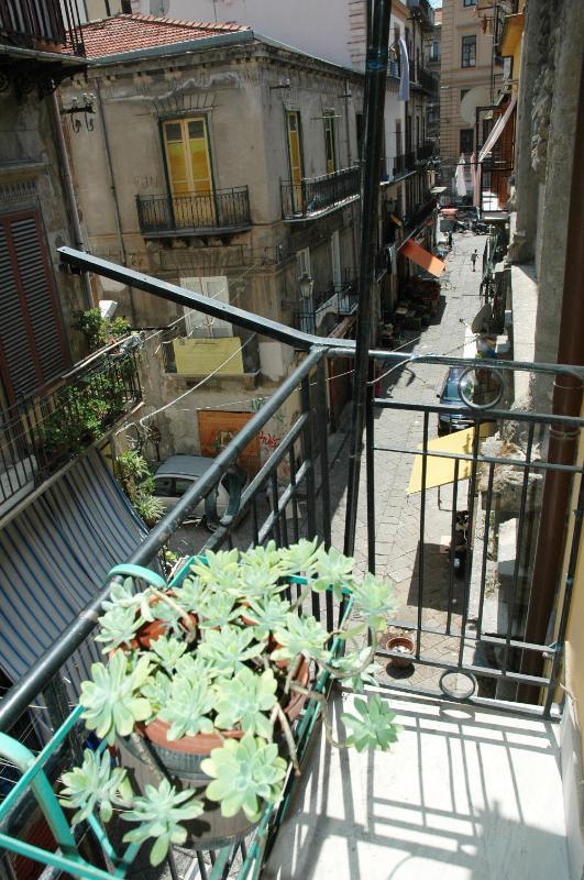 Balcone con vista sulla via Argenteria