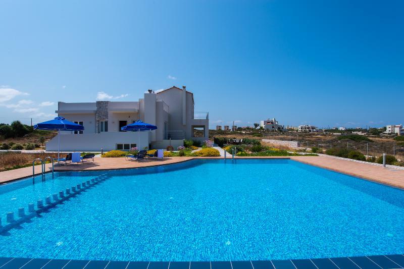 DIAS-Cretan View with ecological pool, alquiler vacacional en Stavros