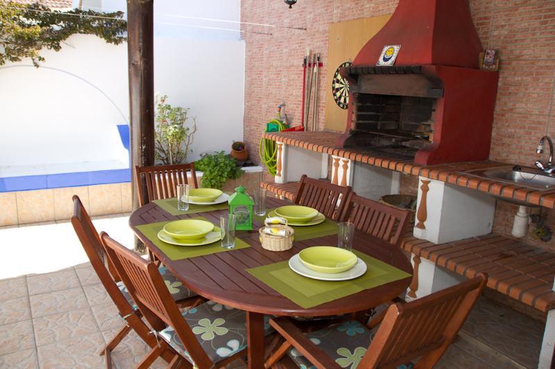 Cantinho Algarvio, casa com 2 quartos e terraço perto da praia, vacation rental in Aljezur