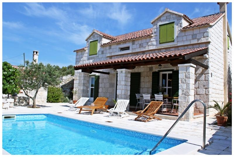 Beautiful Stone House With Swimming Pool – semesterbostad i Trogir