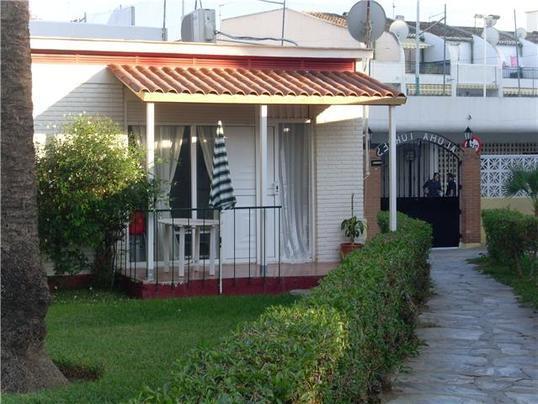 Fachada del bungalow y acceso a piscina