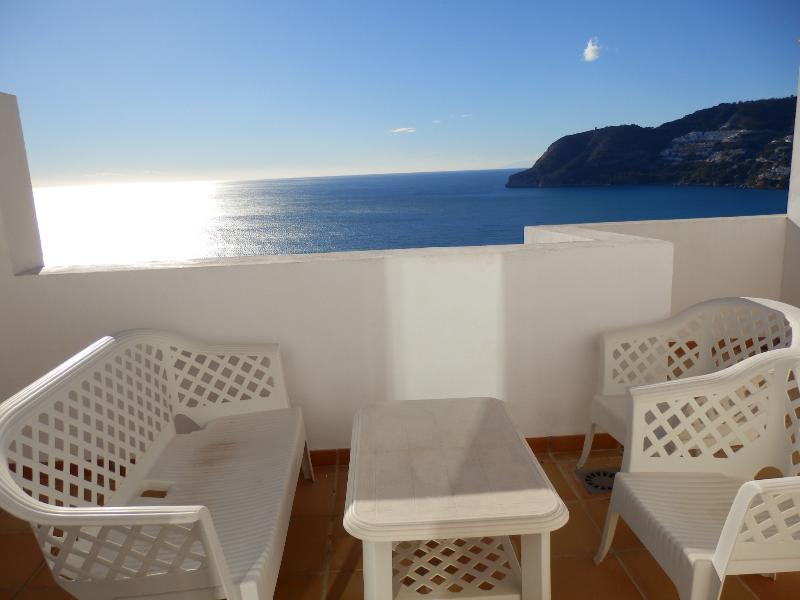 Otra vista de la terraza con sus sillas y mesa.