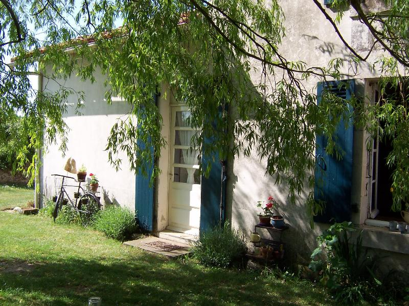 Les Hirondelles rural one-bedroom self catering gite with heated pool, holiday rental in Vouvant