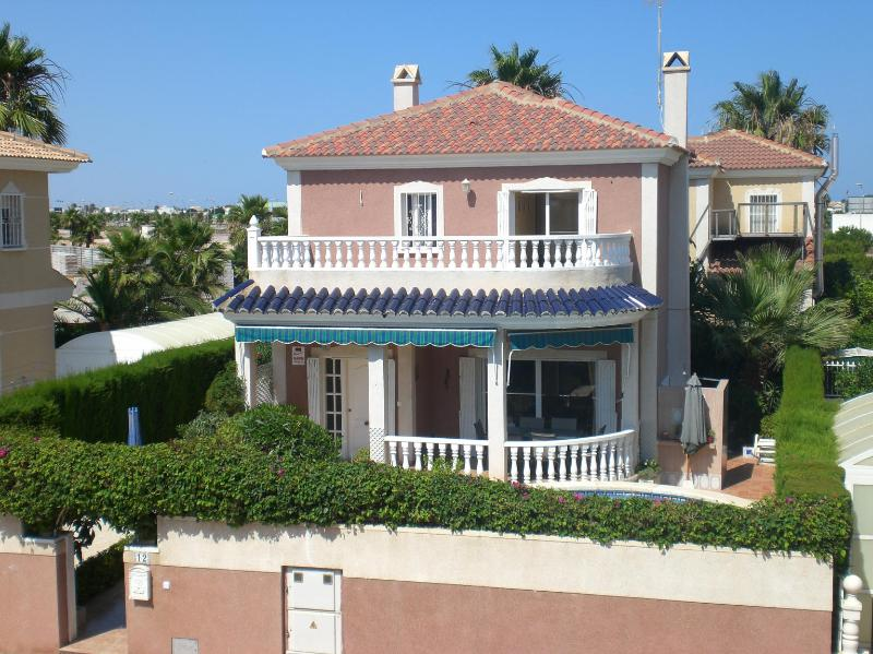 Private Villa 3 Bedrooms with Pool, Fantastic Location, Ferienwohnung in Los Alcazares