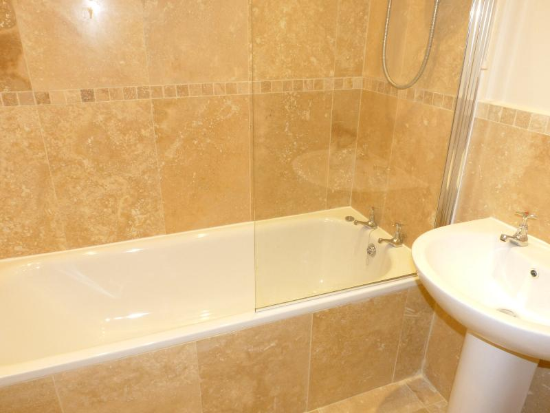 Salle de bain neuve.  Il y a une douche et toilettes séparées.