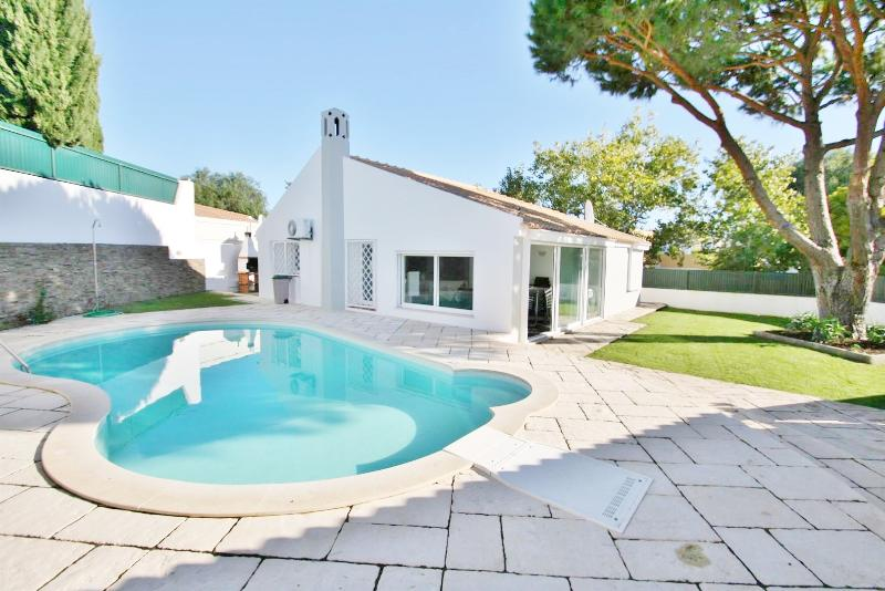 Villa Sonia - 4 Bedroom Detached Villa - Private Enclosed Pool – semesterbostad i Albufeira