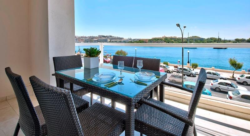 Astounding Views Tigne Seafront 4-bedroom Apt, vacation rental in Sliema