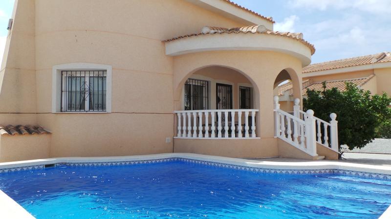 A piscina privada com chuveiro ao ar livre e seis espreguiçadeiras para a área para banhos de sol