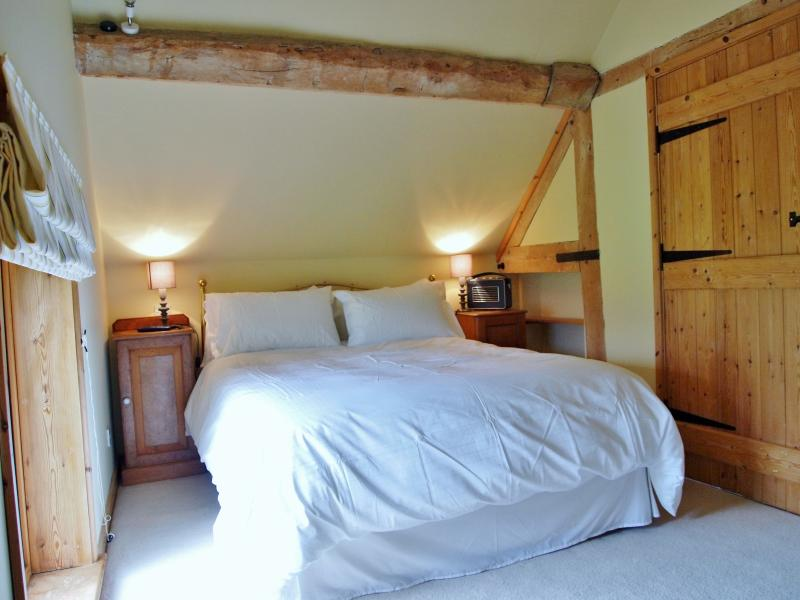 BEDROOM 1 WITH 5FT KINGSIZE BED AND FLATSCREEN TV WITH DVD