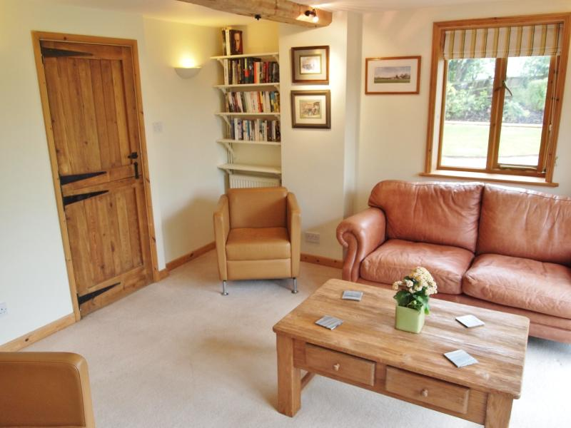 SITTING ROOM WITH LEATHER CHAIRS/SOFA & 32' FLATSCREEN TV