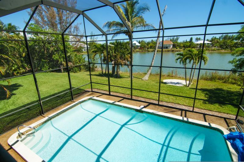 véranda et piscine couverte