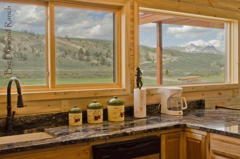 De keuken heeft uitzicht over de bergen, het pad van de rivier en de vallei.