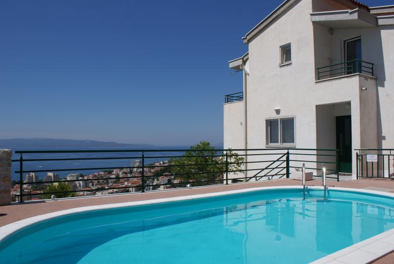 Red Apartment *SPECIAL DISCOUNT FOR STAY IN MAY*, alquiler vacacional en Makarska