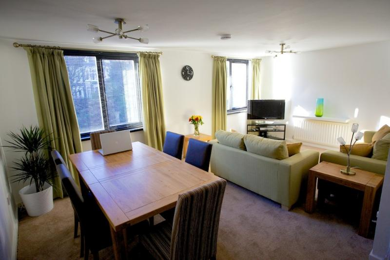 Portland Apartment - Lovely spacious lounge and dining area with quality furnishings