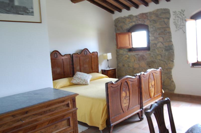 double bedroom in the Tuscan countryside nearby  Volterra, casa vacanza a Micciano