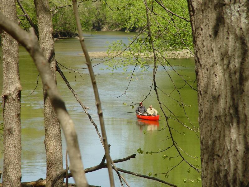 Recreação de água no córrego de açúcar.  Trazer sua própria canoa ou caiaque, ou usar o aluguer de canoa local.