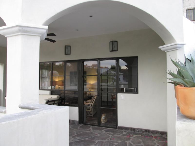 Regarder en arrière vers couverts d'un coin salon et chambre à coucher du pont à la terrasse ouverte.
