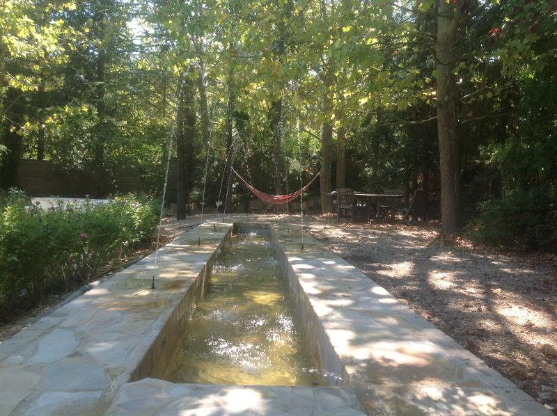 Vous détendre dans le hamac au murmure de la fontaine/Relax in the hammock near the fountain