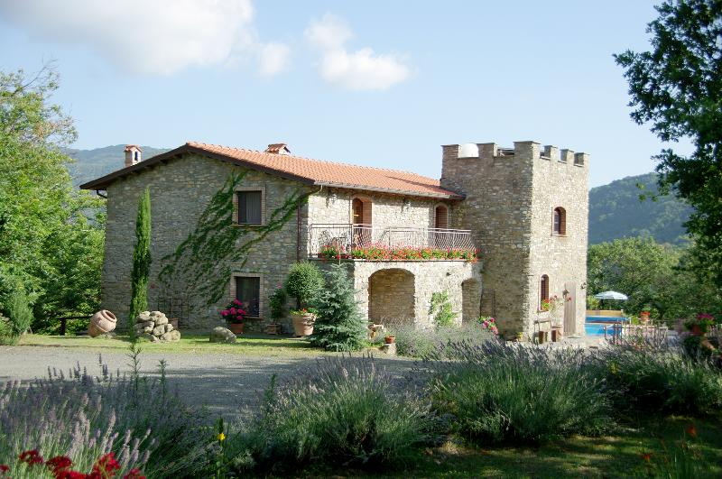 Tuscany Stop  Montecastello Traditional Stone 4 bedroom Villa Lunigiana, holiday rental in Tavernelle