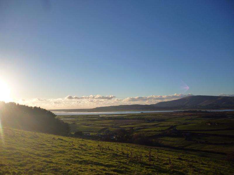 Vue depuis la colline derrière la grange vers l'estuaire Duddon