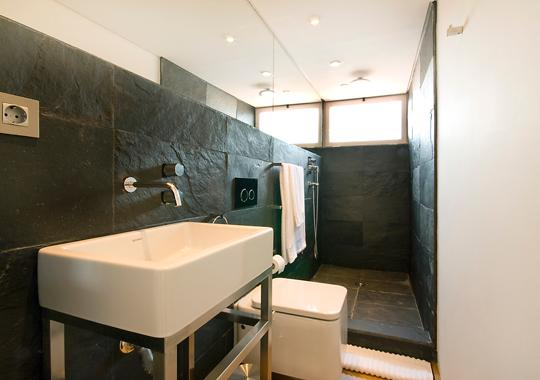 2nd floor bathroom in ardoise and miror with a window to the city