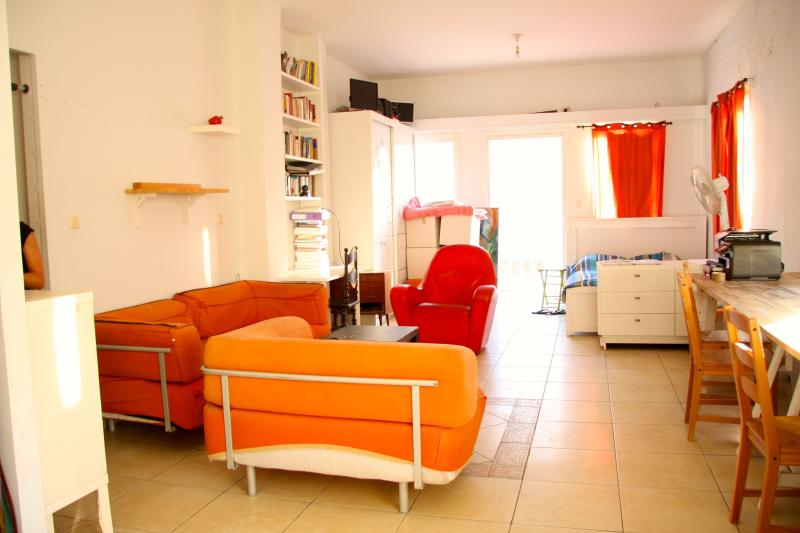 Sunny central ♥ TLV studio, holiday rental in Kefar Uriyya