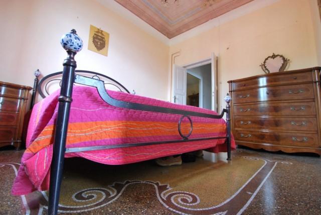 Schlafzimmer # 2 mit Mosaik-Fliesen auf dem Boden