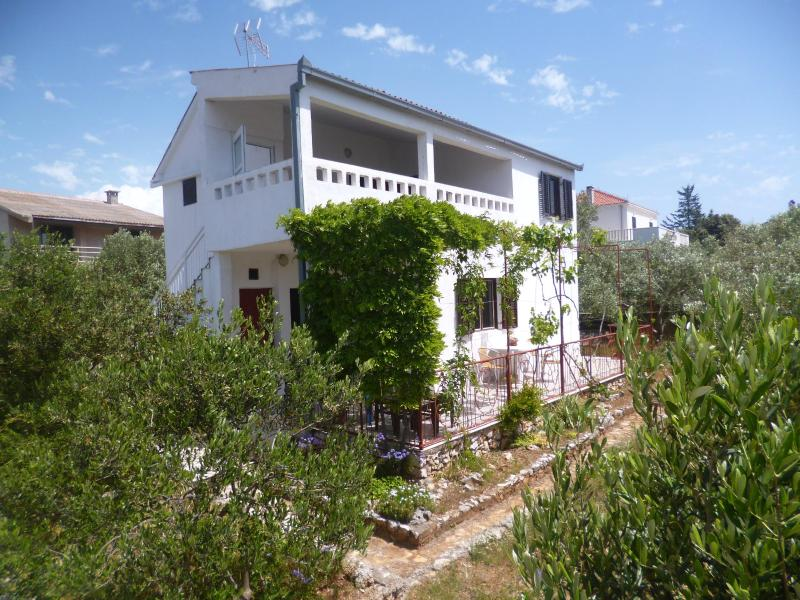 Apartment with terrace and sea view, alquiler vacacional en Vinisce