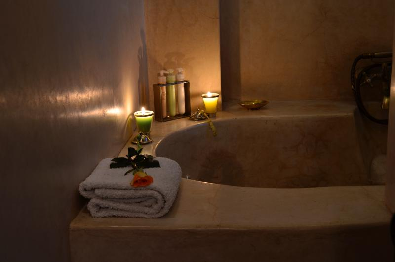 Marrakech Riad double en-suite room with bathtub