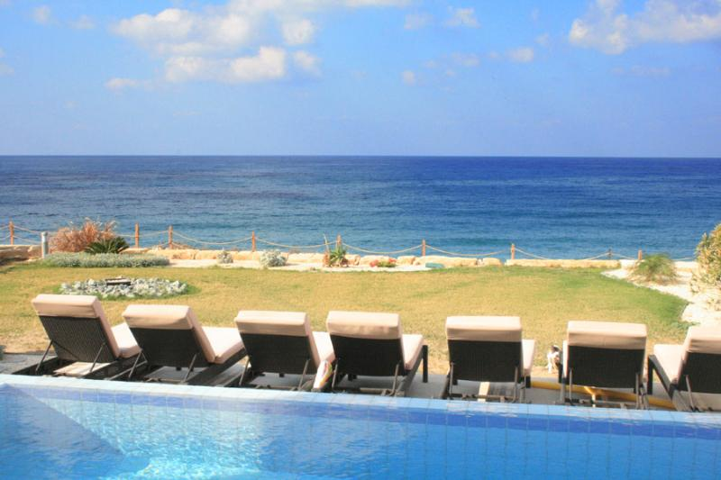 Uninterrupted sea view from our comfortable sunbeds