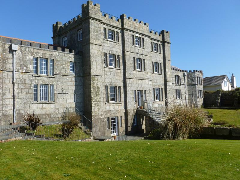 Acton castle overlooking the sea - stunning views, holiday rental in Goldsithney