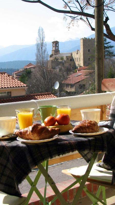 petit déjeuner avec vue sur les montagnes environnantes et sur le village.