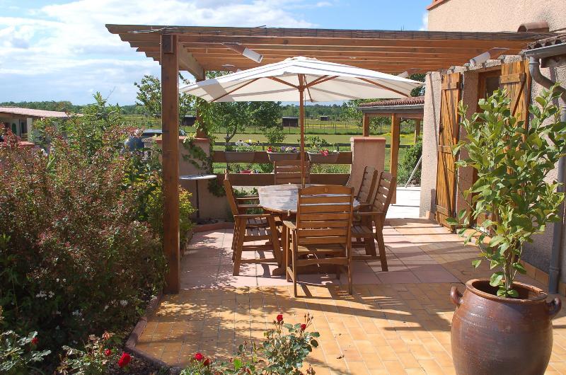 Terrasse pour les repas à la table d'hôte et les petits déjeuner (l'été)