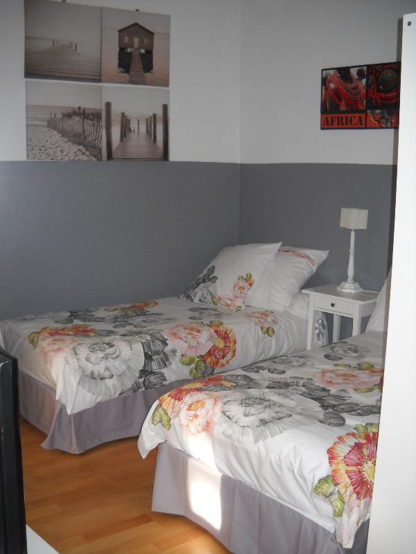 part bedroom, twin beds or king size
