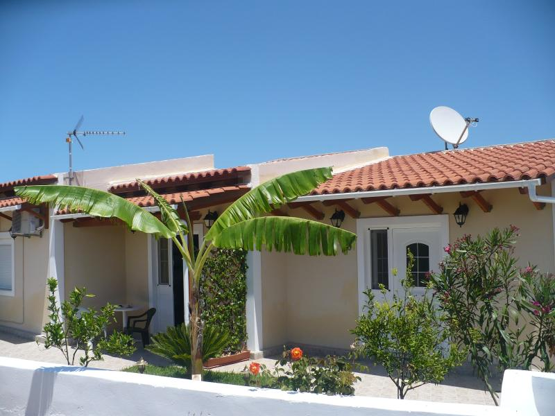YIANNIS & JACKIES  APARTMENT  !, holiday rental in Lakithra