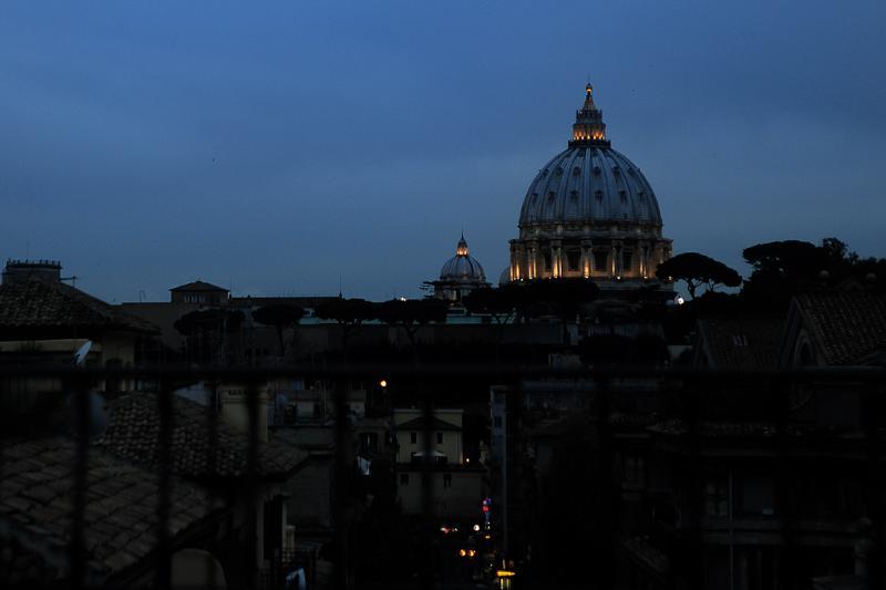 Vista di San Pietro di notte