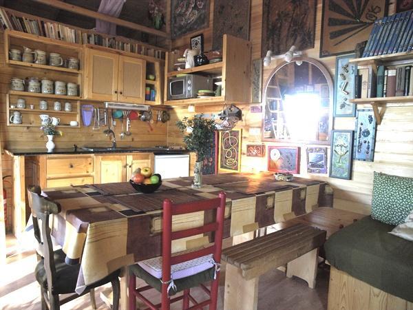 Belle cuisine rustique avec tous les conforts modernes