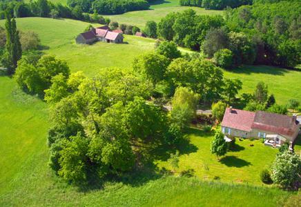 Casa rural ubicado en un entorno verde, con una visión clara sobre las colinas boscosas