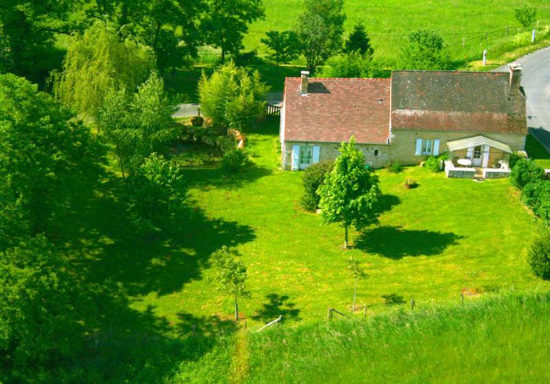Poca casa en la pradera construido sobre una colina en una aldea pacífica de nuestro pueblo