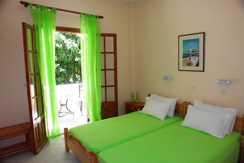Corfu apartnments villa olive near the beach and near the center of ipsos, vacation rental in Ipsos