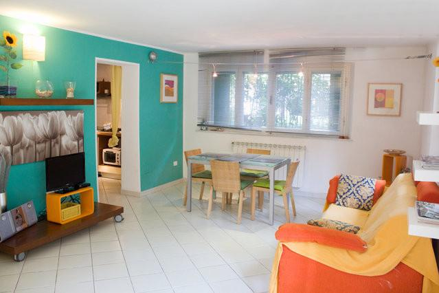 Charming Pisa apartment steps from the beach, family-friendly, sleeps 5, casa vacanza a Fiorino