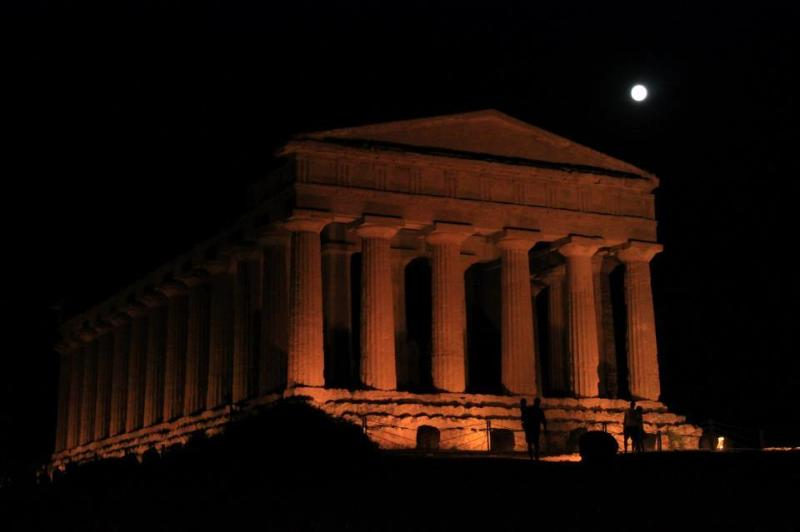 The temple of Agrigento in high summer is open as well at night