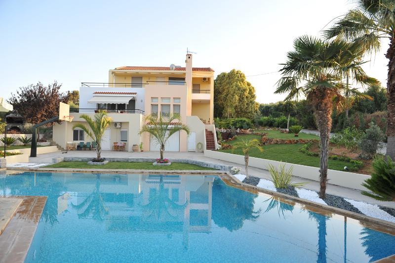 Family-Friendly Large Villa Anna w/ Priv. Pool+Childrens Area! Hot tub available, location de vacances à Asteri