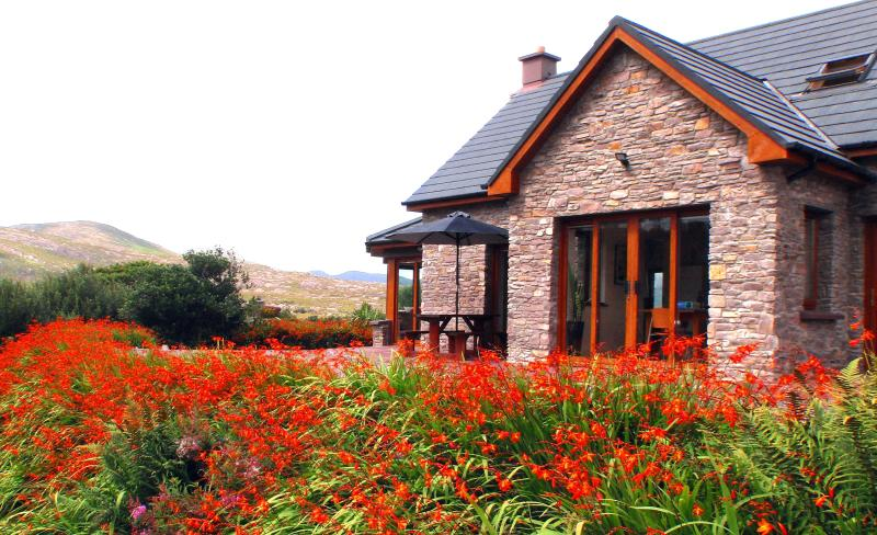 Luxury House - very special, very private, with stunning sea & mountain views – semesterbostad i Sneem