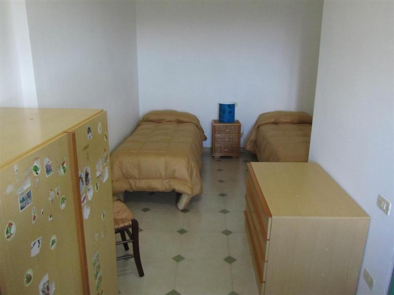 Una stanza da letto a due letti.