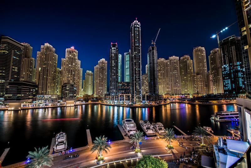 Uma deslumbrante vista da Baía Central à noite