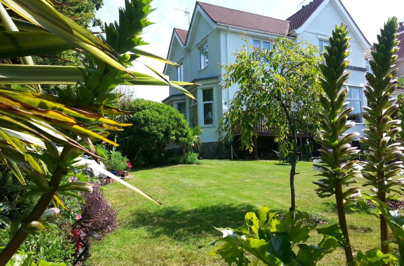 No 16. Fabulous Central Townhouse & Gardens, vacation rental in Falmouth