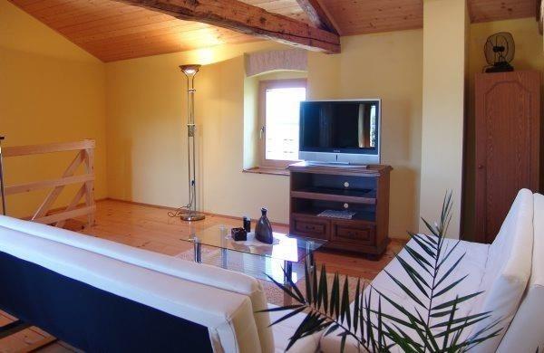 descanso agradável, no segundo andar com dois sofás-cama, ar condicionado, banheiro privativo