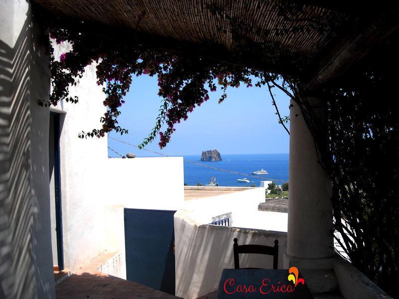 L'accesso a Casa Erica a Stromboli nella prima terrazza panoramica (quella di sotto)